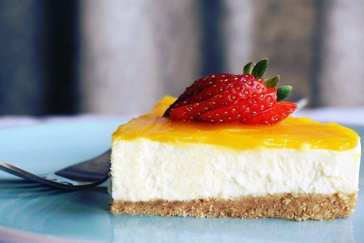 no bake cheesecake with graham cracker crust, lemon curd topping, fresh strawberries