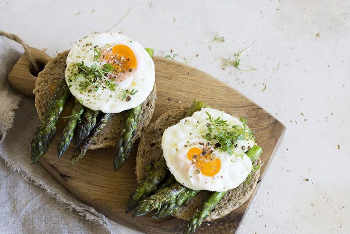 vegetarian bagel with asparagus and egg
